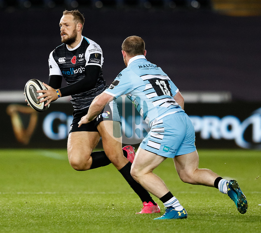 2nd November, Liberty Stadium , Swansea, Wales ; Guinness pro 14's Ospreys Rugby v Glasgow Warriors ;  Cory Allen of Ospreys evades the tackle of Nick Grigg of Glasgow Warriors<br /> <br /> Credit: Simon King/News Images<br /> <br /> Photographer Simon King/Replay Images<br /> <br /> Guinness PRO14 Round 8 - Ospreys v Glasgow Warriors - Friday 2nd November 2018 - Liberty Stadium - Swansea<br /> <br /> World Copyright © Replay Images . All rights reserved. info@replayimages.co.uk - http://replayimages.co.uk