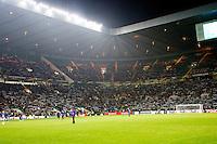 UEFA Europa League 2015: Celtic - Molde. Skjerfene løftes når supporterne synger i Europa League kampen mellom Celtic og Molde på Celtic Park.