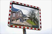 Nederland, Ede, 8-1-2011Open dag op het terrein van de maurits-kazerne. Een van de onderdelen was een rondleiding over het terrein. Hier een groepje belangstellenden bij de Arthur Koolkazerne, een van de zeven op het complex. Defensie heeft het gebied overgedaan aan de gemeente die de oudste gebouwen gaat herbestemmen en nieuwe woningbouw gaat plegen.Foto: Flip Franssen/Hollandse Hoogte