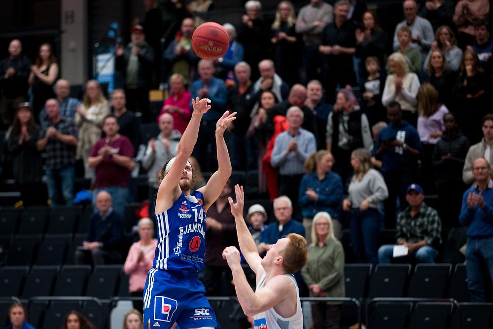 ÖSTERSUND 20210924<br /> Jämtlands Chase Harler skjuter under fredagens match i Basketligan mellan Jämtland Basket och Nässjö Basket i Östersunds Sporthall<br /> <br /> Foto: Per Danielsson/Projekt.P