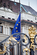 Die gehisste EU Flagge an der Prager Burg.