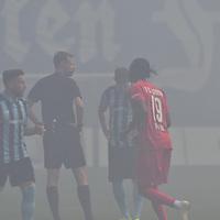 29.09.2019, Carl-Benz-Stadion, Mannheim, GER, 3. Liga, SV Waldhof Mannheim vs. FC Hansa Rostock, <br /> <br /> DFL REGULATIONS PROHIBIT ANY USE OF PHOTOGRAPHS AS IMAGE SEQUENCES AND/OR QUASI-VIDEO.<br /> <br /> im Bild: Schiedsrichter Markus Schmidt unterbricht die Partie wegen Pyrotechnik, bei ihm Marco Schuster (SV Waldhof Mannheim #6)<br /> <br /> Foto © nordphoto / Fabisch