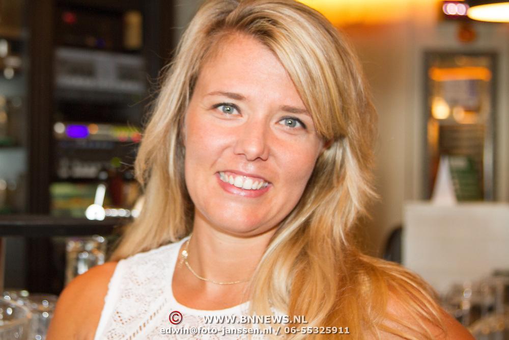 NLD/Volendam/20160831 -  Jan Smit en Kim-Lian van der Meij onthullen cover 100 % NL Magazine, Jenny Smit