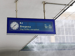 THEMENBILD - Winter in Wien, Österreich. Aufgrund von Schneefall kommt es in Wien zu einem Verkehrschaos und viele Züge sind verspätet, aufgenommen am 09. Februar 2015, . im Bild eine Anzeigentafel // Winter in Vienna, Austria. The image was taken on 2015/02/09. AUT, EXPA Pictures © 2015, PhotoCredit: EXPA/ Sebastian Pucher