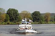 Nederland, Overasselt, 26-4-2007..Een zwaar beladen schip vaart op de rivier de Maas...Foto: Flip Franssen/Hollandse Hoogte