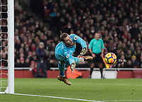 Football - 2017 / 2018 Premier League - Arsenal vs. Manchester United<br /> <br /> David De Gea (Manchester United) dives to his right to keep out another Arsenal effort at The Emirates.<br /> <br /> COLORSPORT/DANIEL BEARHAM