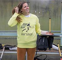 BILTHOVEN - Als eerbetoon aan de Victoria aanvoerder Daphne Voormolen, die vorige week werd geopereerd,  doen de dames van de hoofdklasse  de warming up in een speciaal ontworpen shirt,  met een op Daphne betrokken tekst,  voor de hoofdklasse hockeywedstrijd SCHC-Victoria . Daphne met voor de wedstrijd.  COPYRIGHT KOEN SUYK