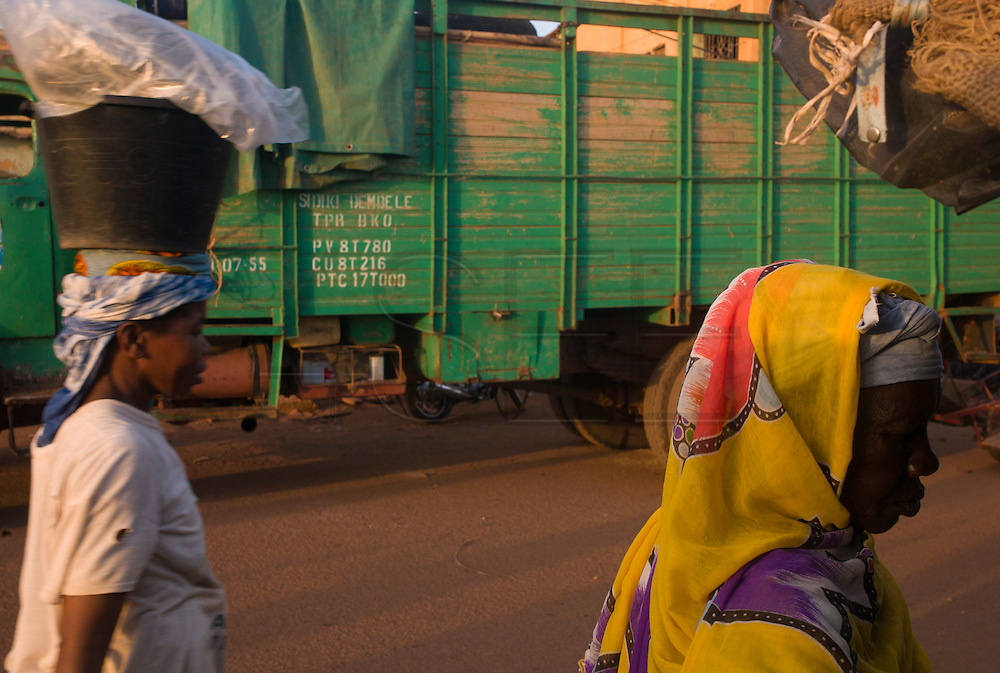 Women in the streets of Mopti. At the confluence of the Niger and the Bani rivers, between Timbuktu and Ségou, Mopti is the second largest city in Mali, and the hub for commerce and tourism in this west-african landlocked country.
