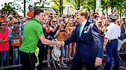 DWINGELOO - Koning Willem-Alexander schudt de hand van Sven Kramer tijdens zijn bezoek met koningin Maxima aan Dwingeloo. Het koninklijk paar bezoekt de stad in het teken van de 'royal tour', die langs de 12 provincies zal leiden. ANP HANDOUT KOEN VAN WEEL NO SALES NO ARCHIVES