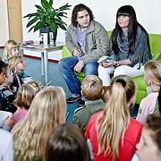 NLD/Almere/20081006 - Roxanne Hazes leest voor op een school in Almere samen met vriendje Enrico