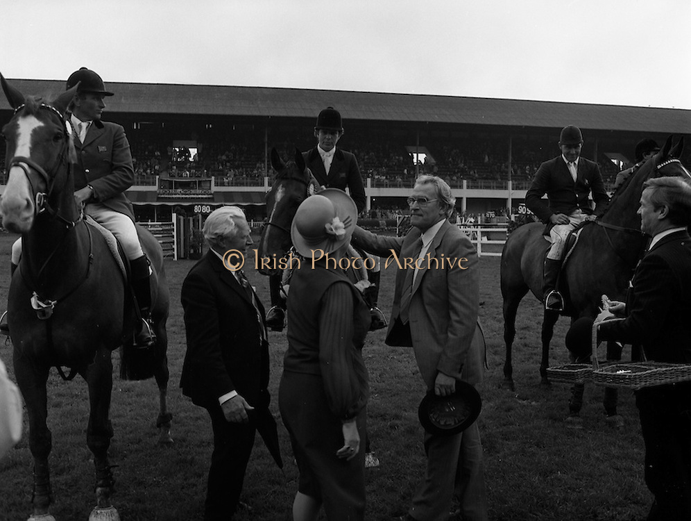 """07/08/1980<br /> 08/07/1980<br /> 07 August 1980<br /> R.D.S. Horse Show: John Player International, Ballsbridge, Dublin.  Malcolm Pyrah (Great Britain) on Towerlands Anglezarke won the John Player sponsored competition. Picture shows Pamela Dunning (Great Britain) on """"Roscoe X"""" receiving the prize for 2nd place."""