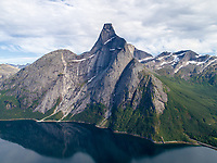 Stetind, også kalt Stetinden og Stádda, ligger i Tysfjord kommune i Nordland fylke. Luftfoto fra havsiden.