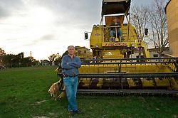 Ari Rui Hoerbe e seu filho Augusto Hoerbe são referência entre os agricultores de Cachoeira do Sul (RS), sede de um dos principais pólos brasileiros de produção de arroz irrigado. Aproveitando a topografia plana de suas terras baixas e a abundância de água, esses descendentes de alemães há décadas se destacam na produção do cereal. FOTO: Lucas uebel/Preview.com