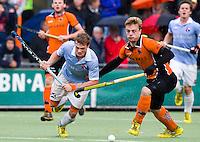 EINDHOVEN - HOCKEY - Duel tussen Roel Bovendeert (l) van Bloemendaal en OZ-speler Mink van der Weerden tijdens de hoofdklasse hockeywedstrijd tussen de mannen van Oranje-Zwart en Bloemendaal (3-3). FOTO KOEN SUYK