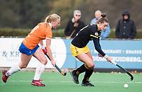 BLOEMENDAAL - Lidewij Welten (Den Bosch) met Laurien Boot (Bl'daal) .hockey hoofdklasse dames Bloemendaal-Den Bosch (0-6) . COPYRIGHT KOEN SUYK
