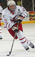 10/23/04 Omaha, Neb University of  Nebraska at Omaha's Scott Parse moves the puck down ice at the Qwest Center Omaha Saturday night.(chris machian/Prarie Pixel Group)