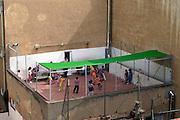Spanje, Barcelona, 5-6-2005..Kinderen, leerlingen van een basisschool in het centrum spelen buiten op het dak van de school. Stadskinderen, onderwijs, basisonderwijs...Foto: Flip Franssen