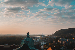 THEMENBILD - Blick auf die Bundeshauptstadt Wien in den fruehen Morgenstunden vom Kirchturm des Stift Klosterneuburg, aufgenommen am 10.04.2020, Klosterneuburg, Oesterreich // View of the federal capital Vienna in the early morning from the church tower of Klosterneuburg Abbey, Klosterneuburg, Austria on 2020/04/10. EXPA Pictures © 2020, PhotoCredit: EXPA/ Florian Schroetter