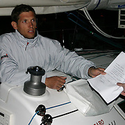 La course des Falaises 2004. ArrivÈe dans la nuit ‡ Cowes pour le skipper de ThalËs. DËs l'arrivÈe au ponton, la signature du formulaire d'Èmargement valide sa participation ‡ la manche.