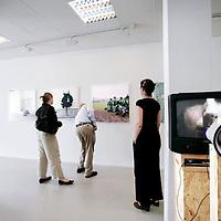 Nederland, Amsterdam, 29 augustus 2009..Bezoekers bekijken het eindexamenwerk van aanstormende kunstenaars uit diverse Kunstacademie in gallerie Ron Mandos..Foto:Jean-Pierre Jans.An exhibition of beginning artists just graduated from Art School.