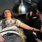 NLD/Hoorn/20120501 - Danielle Frederiks - van Aalderen laat namen kinderen tatoeeren door Ben Saunders
