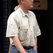 NLD/Laren/20060923 - Robin Linschoten pijprokend wandelend in Laren met etensresten op zijn shirt