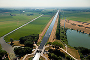 Nederland, Noord Brabant, Gemeente Waalwijk, 08-07-2010. Bovenlandse sluis, plaats waar het Afwateringskanaal 's-Hertogenbosch - Drongelen uitmond in de Bergsche Maas. Gezien naar Waalwijk (zuidoosten). Essentieel in de waterhuishouding van Brabant. Het kanaal is gegraven begin 20e eeuw ter vervanging van (en gedeeltelijk op de plaats van) de Baardwijksche Overlaat.Bovelandse sluis (sluice), where the drainage channel coming from 's-Hertogenbosch - flows into the Bergsche Maas. Essential for the water management of Brabant. The canal was dug early 20th century to replace (and partially in place of) an earlier spillway.luchtfoto (toeslag), aerial photo (additional fee required).foto/photo Siebe Swart.