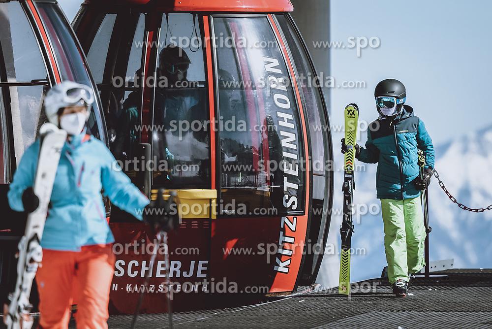THEMENBILD - Skifahrer mit FFP 2 Masken verlassen die Gondel, aufgenommen am 09. April 2021 in Kaprun, Österreich // Skiers with FFP 2 masks leave the gondola, Kaprun, Austria on 2021/04/09. EXPA Pictures © 2021, PhotoCredit: EXPA/ JFK