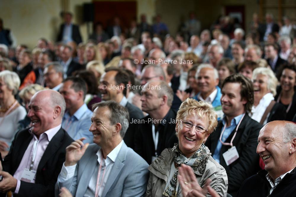 Nederland, Achlum , 28 mei 2011..Conventie van Achlum..Achmea bestaat dit jaar 200 jaar. In dit jubileumjaar gaat Achmea terug naar haar roots: het Friese dorpje Achlum. Op 28 mei vindt daar de Conventie van Achlum plaats. Zo'n 2000 mensen gaan daar met elkaar in gesprek over de toekomst van Nederland binnen de thema's: veiligheid, mobiliteit, arbeidsparticipatie, pensioen en gezondheid. Dit doen we met top sprekers uit de politiek en wetenschap maar ook met mensen zoals jij..Op de foto publiek luitert aandachtig naar de sprekers tijdens de debatten in de gymzaal..Foto:Jean-Pierre Jans