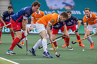 AMSTELVEEN - Thierry Brinkman (Bldaal) met John Verdussen (Leopold)  tijdens de halve finale wedstrijd mannen EURO HOCKEY LEAGUE (EHL),  HC Bloemendaal- Royal Leopold Club (Bel)(1-1) Bloemendaal wint shoot outs en plaatst zich voor de finale.  COPYRIGHT  KOEN SUYK