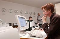 14 DEC 2001, BERLIN/GERMANY:<br /> Mitarbeiterin im Krisenreaktionszentrum, Auswaertiges Amt<br /> IMAGE: 20011214-01-008<br /> KEYWORDS: Lagezentrum, Auswärtiges Amt