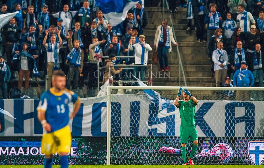 Lukas Hradecky kiittää hänelle kannatuslaulua laulavaa Pohjoiskaarretta MM2018-karsintaottelussa Suomi - Kosovo. Veritas stadion, Turku, Suomi. 5.9.2016.