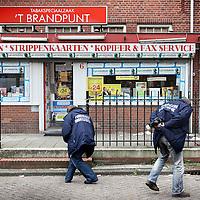 Nederland, Amsterdam , 10 mei 2010..Bij een overval op tabaksspeciaalzaak 't Brandpuntaan de Waddenweg in Amsterdam-Noord is vanmiddag een zwaargewonde gevallen..Drie overvallers drongen de zaak binnen en staken een medewerker neer. De overvallers gingen er vervolgens in een auto vandoor. Deze is teruggevonden op de Meeuwenlaan, iets verderop in Noord..Technische recherche en Forensisch onderzoek wordt verricht op plaats delict..Foto:Jean-Pierre Jans
