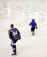 Ishockey<br /> GET-Ligaen<br /> 30.10.08<br /> Jordal Amfi<br /> Vålerenga VIF - Storhamar Dragons<br /> Regan Kelly med en bitteliten maskot<br /> Foto - Kasper Wikestad