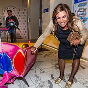 NLD/Amsterdam//20170410 - Free a Girl Celebrity Night, Patty Brard signeert bakfiets