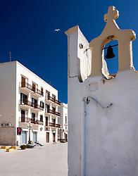 Dettaglio della minuscola chiesetta di Santa Cristina con l'altrettanto piccola campana. Sullo sfondo gli edifici piu moderni che sorgono sul Porto.
