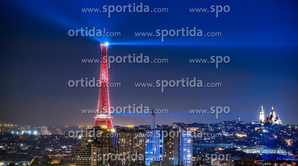 17.06.2016, Paris, FRA, UEFA Euro, Frankreich, Das tägliche Leben, im Bild der beleuchtete Eiffelturm bei Nacht mit der Skyline von Paris und der Sacre-Coeur de Montmartre // the illuminated Eiffel Tower at night with the skyline of Paris and the Sacre-Coeur de Montmartre The UEFA EURO 2016 France held from June 10 to July 10 2016, pictured in Paris, France on 2016/06/17. EXPA Pictures © 2016, PhotoCredit: EXPA/ JFK