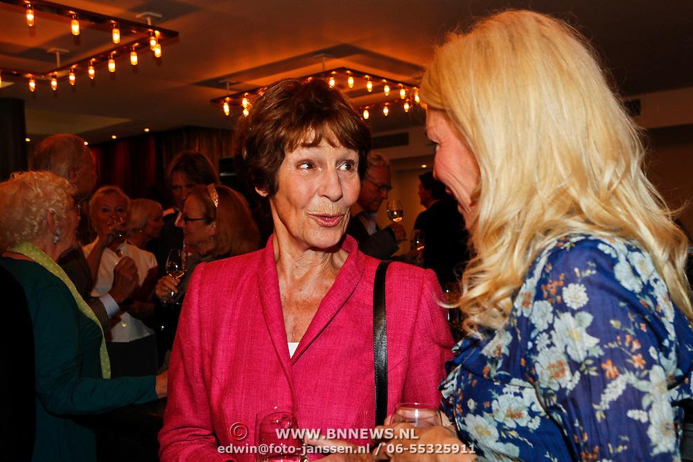 NLD/Amsterdam/20100910 - Paul van Vliet viert 75ste verjaardag met vrienden, Mies Bouwman in gesprek met Judith Osborn