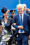 Op Prinsjesdag 2018 spreekt het staatshoofd in de Aankomst Politici Ridderzaal. Staten-Generaal van het Koninkrijk der Nederlanden in verenigde vergadering bijeen de troonrede uit. Daarin geeft de regering aan wat het regeringsbeleid zal zijn voor het komende jaar. <br /> <br /> op de foto / On the photo:   Pvv-leider Geert Wilders arriveert met Fleur Agema