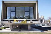 Nederland, Nijmegen, 4-4-2020  Tegen de gevel van de schouwburg, stadsschouwburg, heeft men een spandoek gespannen met de tekst: Let een beetje op elkaar, als advies naar de passanten op straat tijdens de coronacrisis. de schouwburg heeft voorlopig geen voorstellingen meer.Foto: Flip Franssen