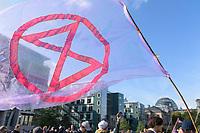 09 OCT 2019, BERLIN/GERMANY:<br /> Flagge mit Logo, Extinction Rebellion (XR), eine globale Umweltbewegung protestiert mit der Blockade von Verkehrsknotenpunkten fuer eine Kehrtwende in der Klimapolitik, im Hintergrund die Kuppel des Reichstagsgebaeudes, Marschallbruecke<br /> IMAGE: 20191009-02-019<br /> KEYWORDS: Demonstration, Demo, Demonstranten, Klima, Klimawandel, climate change, protest, Marschallbrücke