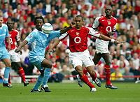 Photo. Chris Ratcliffe. Digitalsport<br /> Arsenal v Bolton Wanderers. Barclays Premiership. 18/09/2004<br /> Gilberto Silva Arsenal clashes with Ricardo Gardner of Bolton