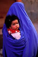 Maroc, Anti Atlas, Taroudant, Le souk arabe, femme voilé en bleu et enfant