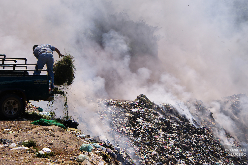 An open garbage dump. Incineration of garbage produces air pollution and losses in the quality of soil and water. (Photo: Prometeo Lucero)