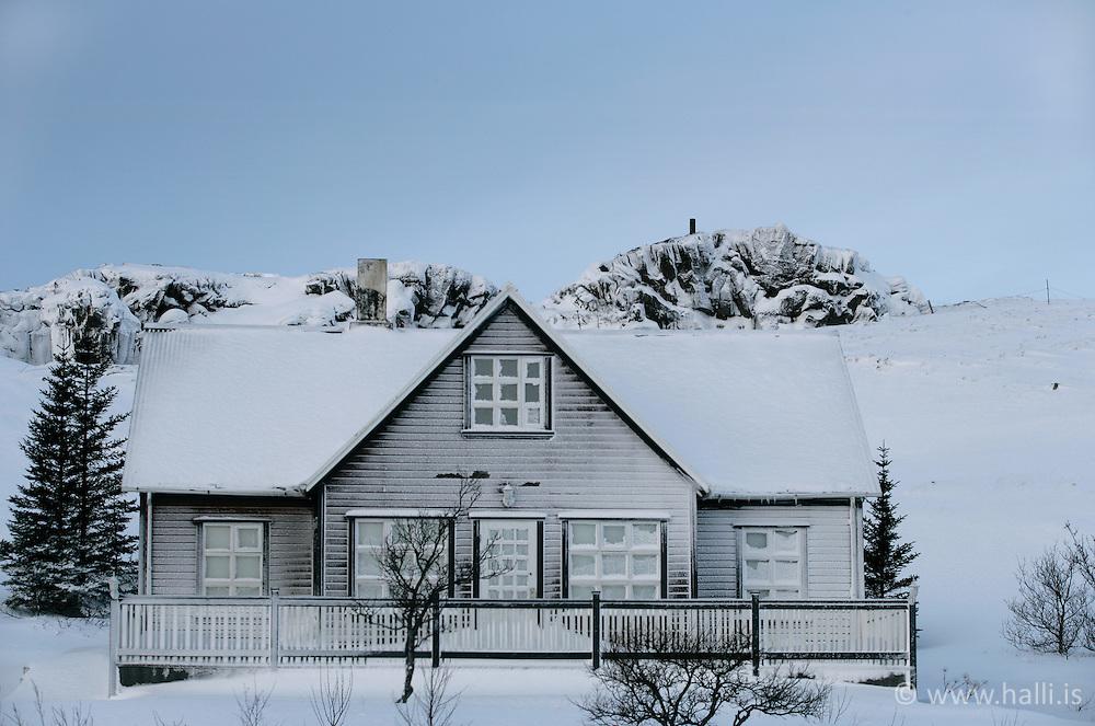 Sumarhús á Þingvöllum í 18 stiga frosti á öðrum degi nýárs 2005 / Summer house at Thingvellir in -18° C in second day of the new year 2005
