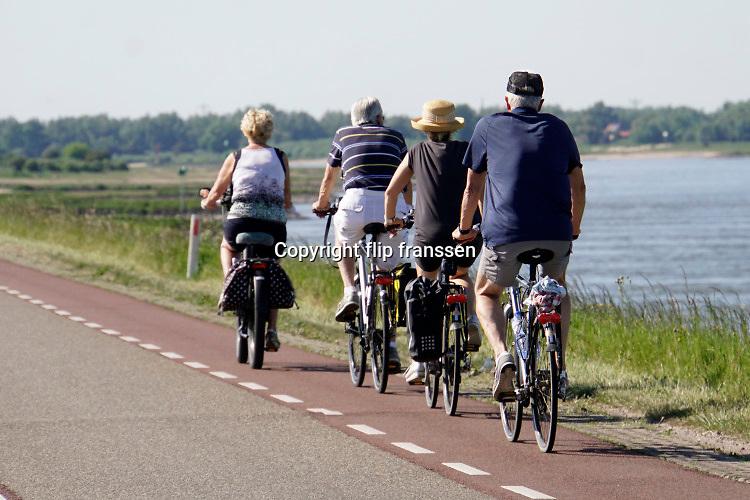 Nederland, Ooijpolder, 21-5-2020   Recreatie, fietsers, op de waaldijk op deze mooie hemelvaartsdag .  Foto: Flip Franssen