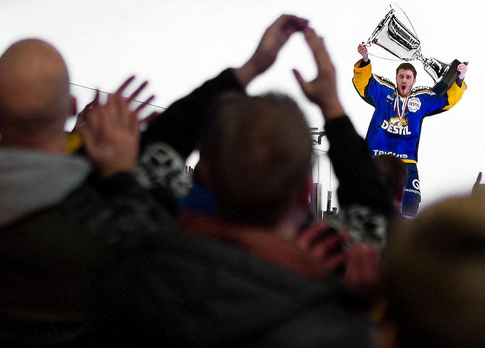 Nederland, Eindhoven, 11-01-2015.<br /> IJshockey, Bekerfinale.<br /> Destil Trappers Tilburg - Unis Flyers Heerenveen. : 5-2.<br /> Jurryt Smid van de Trappers houdt voor de vele meegreisde fans uit Tilburg de beker omhoog.<br /> Foto: Klaas Jan van der Weij