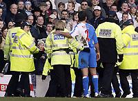 Fotball<br /> FA-cup 2005<br /> Burnley v Blackburn<br /> 20. februar 2004<br /> Foto: Digitalsport<br /> NORWAY ONLY<br /> Blackburn's lucas Neill comforts a female Police officer after she tackled a hooligan