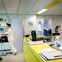 Nederland, Alkmaar , 7 oktober 2009. .Het Medisch Centrum Alkmaar (MCA) neemt vanaf september als eerste ziekenhuis in Noord-Holland 24 uur per dag patiënten op die een TIA hebben gehad..Bij een TIA (Transient Ischaemic Attack) krijgt een deel van de hersenen tijdelijk te weinig bloed, waardoor sommige hersencellen een moment minder goed of helemaal niet werken..Volgens MCA-neuroloog Majid Aramideh is het heel belangrijk dat patiënten direct de huisarts bellen wanneer zich uitvalsverschijnselen voordoen..Op de foto de receptie van de poli met de inschrijfbalie...24 hours a day the Medical Center Alkmaar (MCA) is the first hospital is taking in  patients who have had a TIA.