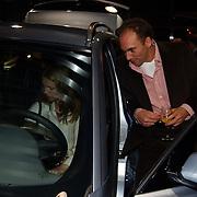 Presentatie nieuwe BMW modellen, Nance Coolen en vriend Pico van Sytzama bekijken de nieuwe BMW X3
